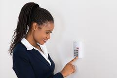 Système de sécurité de Pressing Button On de femme d'affaires image stock