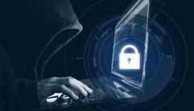 Système de sécurité de réseau Internet Pirate informatique dans le hoodie noir utilisant l'ordinateur portable d'ordinateur Photographie stock libre de droits