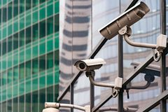 Système de surveillance de sécurité à l'entrée à un immeuble de bureaux moderne Deux appareils-photo de surveillance visuelle image libre de droits