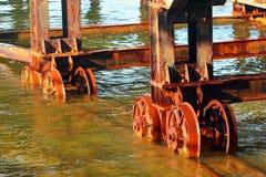 Système de transfert d'élévateur de navires à un vieux chantier naval L'acier rouillé roule dedans l'eau de mer photos stock