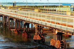 Système de transfert d'élévateur de navires à un vieux chantier naval L'acier rouillé roule dedans l'eau de mer image stock