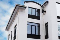 Système nouvellement installé de gouttière de pluie de maison de cadre de construction sur le dessus de toit Image stock