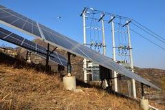 Système relié à une grille photovoltaïque de production d'électricité photographie stock