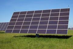 Système solaire sur le pré vert Photo stock