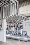 Systèmes sifflants, équipement industriel, intérieur - équipement de tuyau de station service photo libre de droits