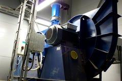 Systeem om pijpen en ventilators bij fabriek te ventileren Stock Afbeeldingen