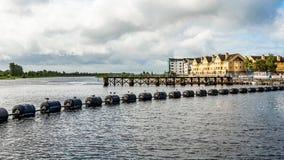 Systeem van slot, waterkering en sluisdeuren in de Shannon-rivier met zwarte boeien in Athlone-stad stock foto