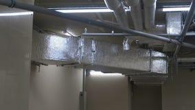 Systeem van ventilatiepijpen op het plafond in het gebouw stock video
