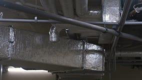 Systeem van ventilatiepijpen op het plafond in het gebouw stock videobeelden