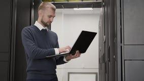 Systeembeheerder die in de steundatabase van het servercentrum werken stock video