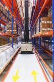 System av adresslagring av produkter, material och gods i ett lager Klarad av elektrisk gaffeltruck mellan rader Royaltyfria Bilder