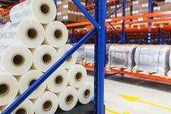 System av adresslagring av produkter, material och gods i ett lager Rolls av polyetylenfilmen i materiel Royaltyfria Bilder