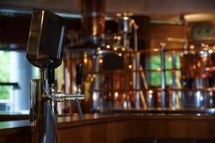 System butelkować piwo na stole klienci obrazy royalty free