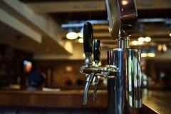 System butelkować piwo na stole klienci Obraz Royalty Free