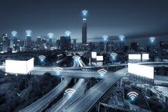 System för conection för Wifi nätverksaffär på den Bangkok staden i backgr arkivfoto