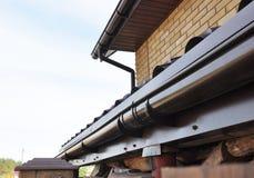 System för hållareavloppsrännadränering på taket Closeup av problemområden för den plast- stuprännan som waterproofing royaltyfri bild