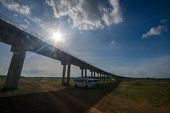 System för stångtransportinfrastruktur Järnvägsbro över let Arkivfoto