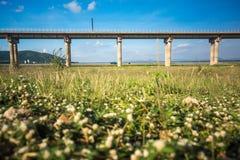 System för stångtransportinfrastruktur Järnvägsbro över let Arkivfoton