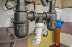 System wodny z faucets, drenaż spuszcza i wodny filtr fotografia stock