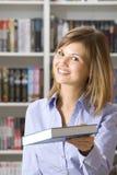 Systemassistent in der Buchhandlung Stockfotografie