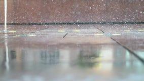 Systematisch fonteinwater die in de Jachthaven van Doubai dansen stock footage