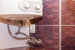 Systemet av anslutning av kokkärlet till vattenförsörjningen och elektricitet knyter kontakt Royaltyfri Fotografi