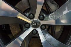 Systemet för främre broms av en i naturlig storlek lyxig övergång SUV Audi Q7 3 0 TDI-quattro Arkivfoton