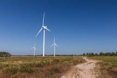 Systemet för vindturbinen, ackumulerar energi royaltyfria bilder