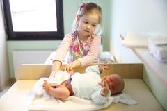 Syster med hennes nyfödda broder Royaltyfri Foto