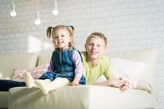 Syster och broder som spelar i ett rum Royaltyfri Fotografi