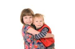 Syster som kramar brodern Arkivbilder