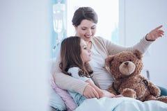Syster som tar omsorg av barnet arkivbilder