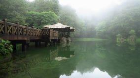 Systerdamm i Alishan nationellt sceniskt omr?de i Taiwan Panoramautsikt av sj?n med gazeboen i dimmigt v?der stock video
