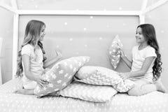 Systerkommunikation Barn kopplar av och ha gyckel i afton Systerfritid Flickor i gullig pyjamas spenderar tid royaltyfria bilder
