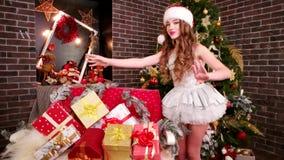 Systern förbereder sig för vinterferier, gåvor för shower för hjälpreda för jultomten` s glade, i lott för rum för ` s för nytt å arkivfilmer