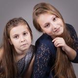 Systerstående, studio Fotografering för Bildbyråer