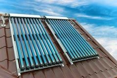 Système de chauffage solaire de l'eau de vide Photo stock