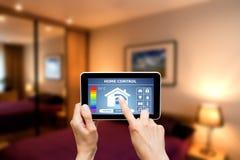 Système de contrôle à la maison à distance sur un comprimé numérique Photographie stock libre de droits