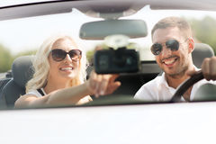 Système de navigation heureux de généralistes d'usin de couples dans la voiture Photo libre de droits
