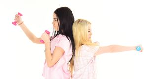 Systrar eller bästa vän i pyjamas gör sporten Blondinen och brunetten på allvarliga framsidor att bry sig om diagramet som gör öv Royaltyfri Bild