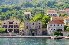 Systrar för hus tre (Tre Sorelle) i Prcanj, Kotor fjärd, Monteneg Royaltyfria Bilder