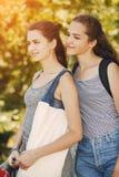 Systrar i en stad Arkivbild
