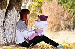 Systrar i fallpark Fotografering för Bildbyråer