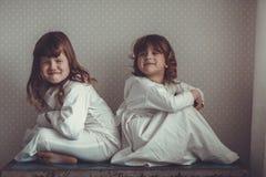Systrar i nattlinnelek på den gamla stammen Royaltyfri Bild