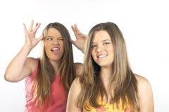 systrar kopplar samman Arkivfoto