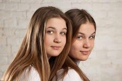 Systrar kopplar samman Arkivbilder