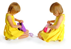 Systrar kopplar samman i gula klänningar Royaltyfria Foton