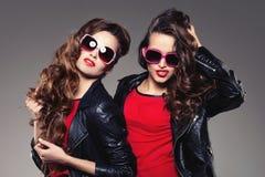 Systrar kopplar samman i hipstersolexponeringsglas som skrattar två modemodeller Arkivfoto