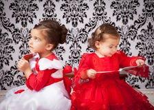 Systrar med böcker Royaltyfri Foto