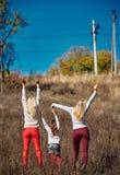 Systrar med lyftta händer Royaltyfri Bild